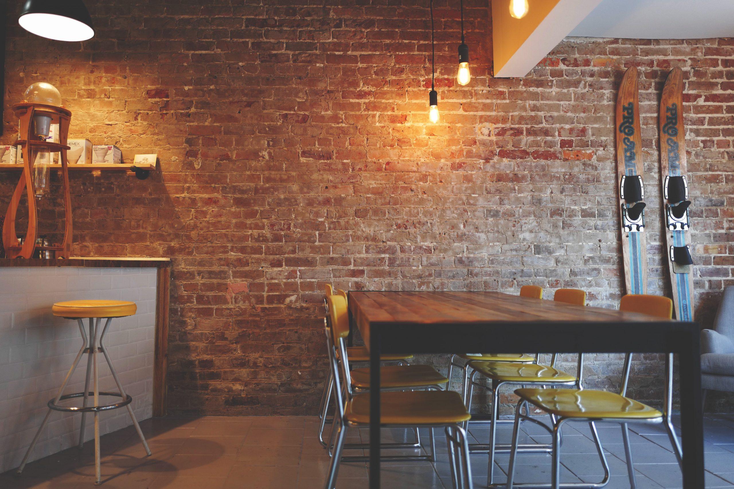 Barske mize za hiter zajtrk in jutranjo kavo
